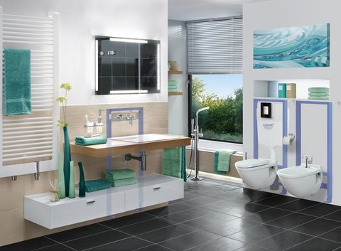 GROHE Badezimmer mit zwei Toiletten, Waschtisch und Spiegel